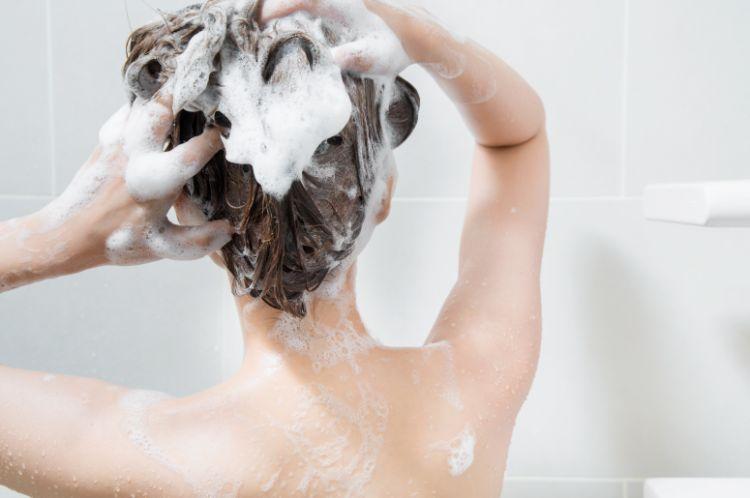 マッサージするように地肌まで洗う