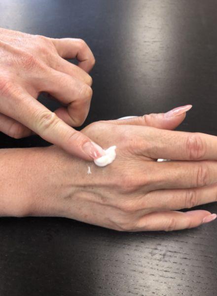 王妃の白珠を手の甲に塗っている画像